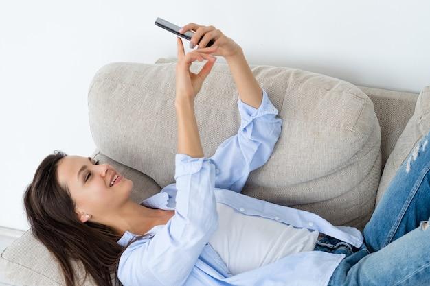 Młoda dziewczyna selfie telefon beztroski bezczynny wypoczynek