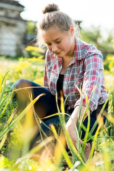 Młoda dziewczyna siedzi w trawie
