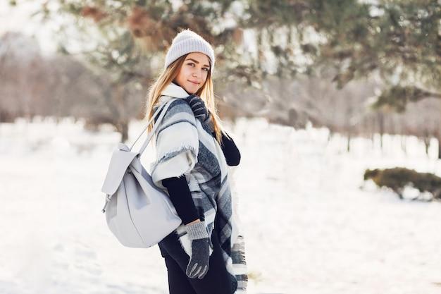 Młoda dziewczyna sobie koc na śnieżnym polu
