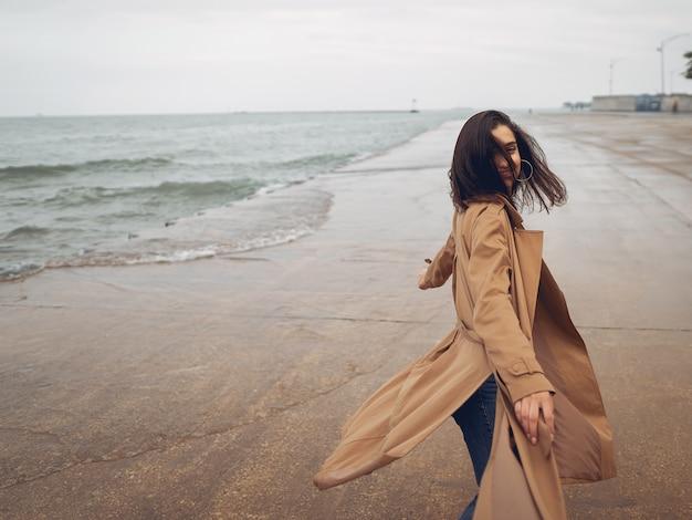 Młoda dziewczyna spaceru na plaży
