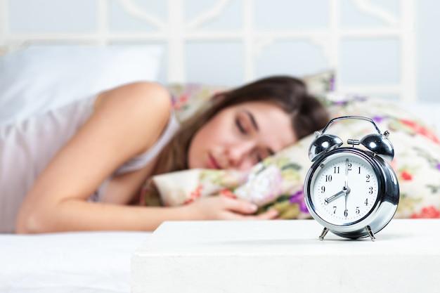 Młoda dziewczyna śpi w łóżku