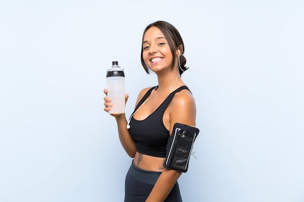 Młoda dziewczyna sportu z butelką wody