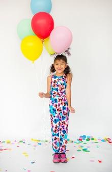 Młoda dziewczyna stoi i pozuje dla photoshoot