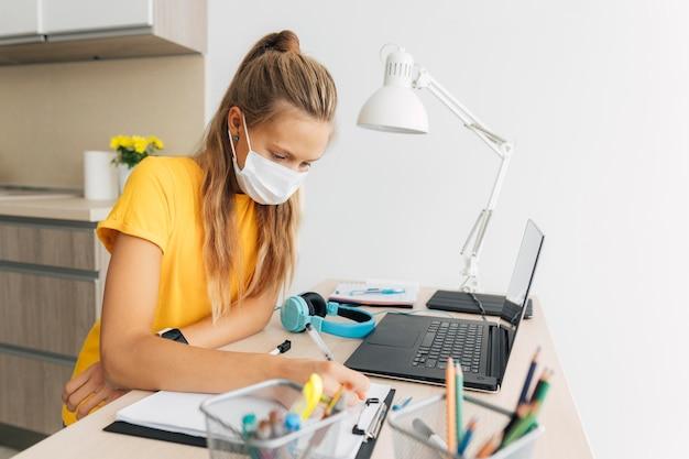 Młoda dziewczyna studiuje w domu