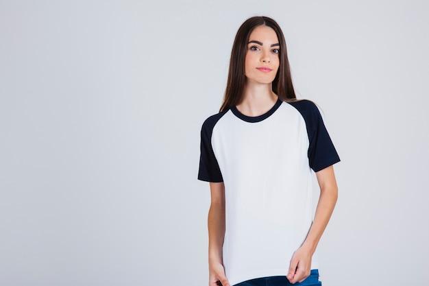 Młoda dziewczyna stwarzających z jej t-shirt