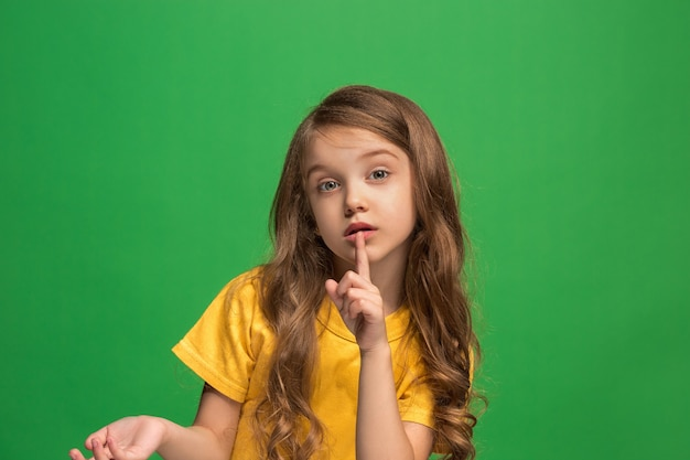 Młoda dziewczyna szepcząca sekret za ręką