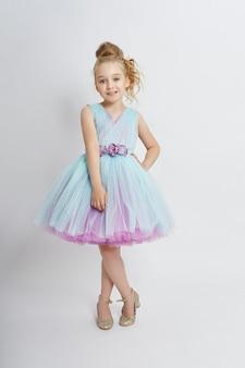 Młoda dziewczyna tęskni za pięknem w pięknej sukience.