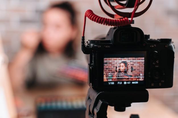 Młoda dziewczyna transmituje na żywo dla swoich wyznawców makijażu