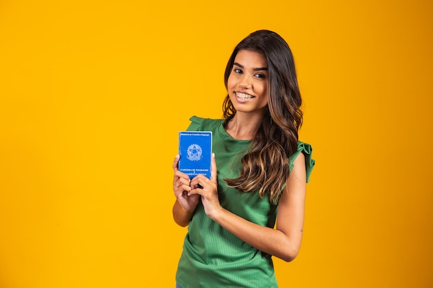 Młoda dziewczyna trzyma brazylijską kartę pracy