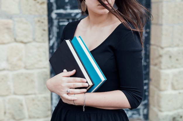 Młoda dziewczyna trzyma książkę