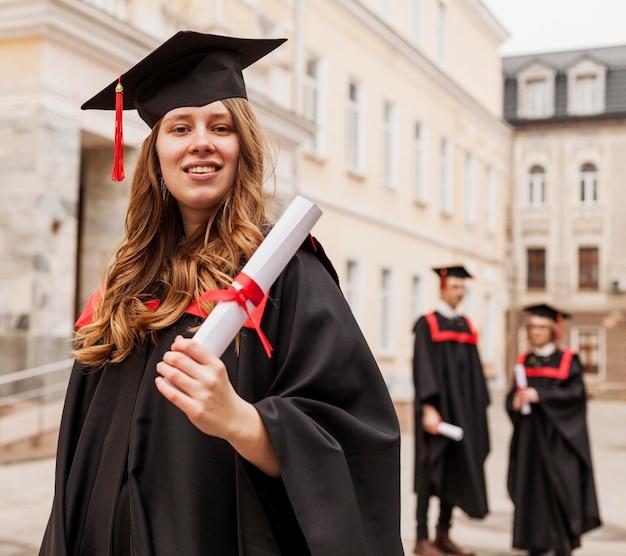 Młoda dziewczyna ukończyła studia