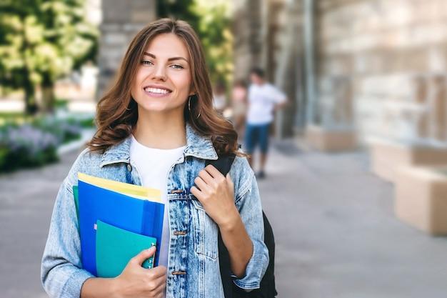 Młoda dziewczyna uśmiechnięty uczeń