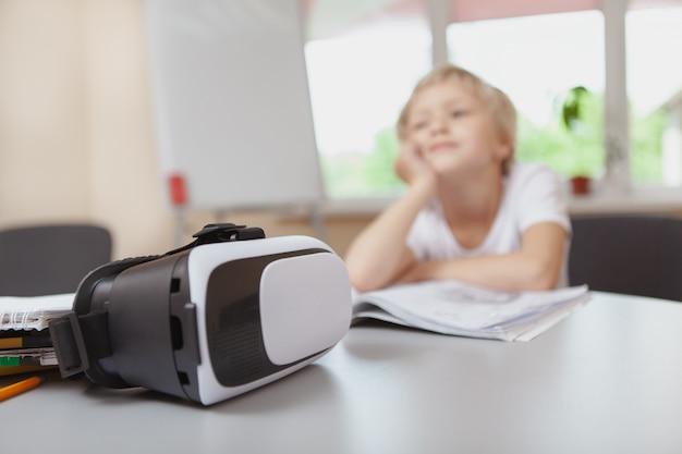 Młoda dziewczyna używa 3d rzeczywistości wirtualnej słuchawki przy szkołą