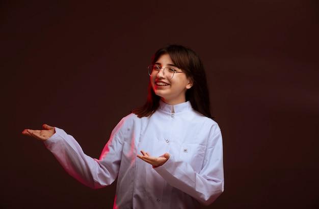Młoda dziewczyna w białej koszuli dokonywania prezentacji.