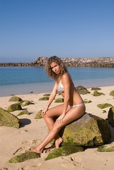 Młoda dziewczyna w bikini, ciesząc się morzem wiosną lub latem