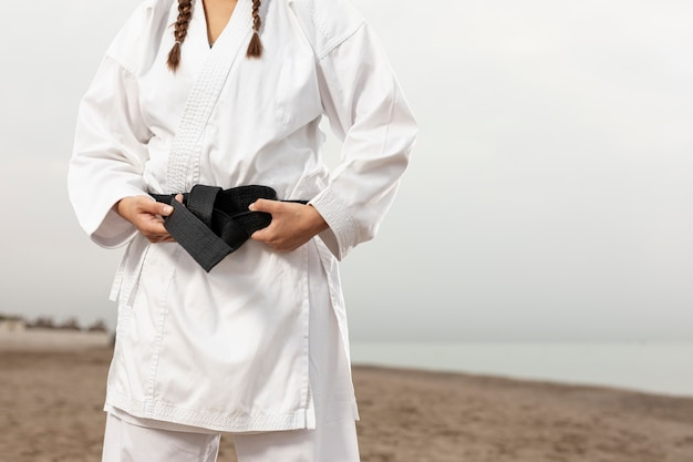 Młoda dziewczyna w karate mundurze plenerowym