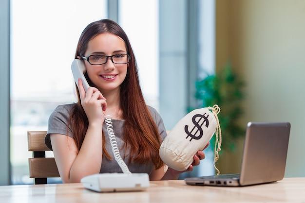 Młoda dziewczyna w koncepcji biznesowej online