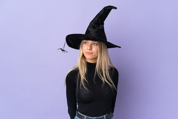 Młoda dziewczyna w kostium na halloween