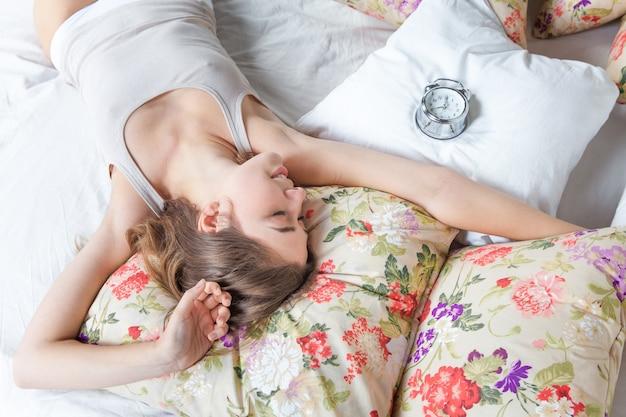 Młoda dziewczyna w łóżku