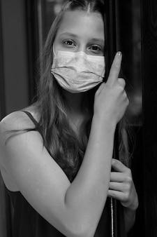 Młoda dziewczyna w masce ochronnej. epidemia wśród dzieci