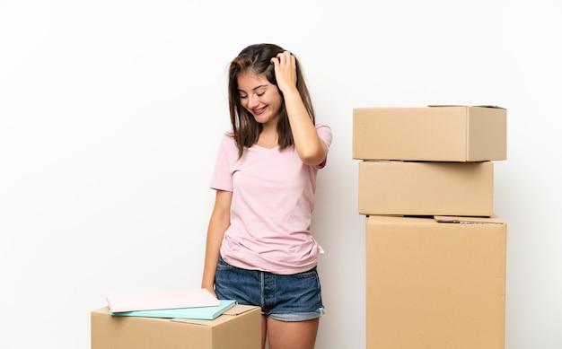 Młoda dziewczyna w nowym domu wśród śmiechu pudeł
