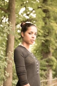 Młoda dziewczyna w parku