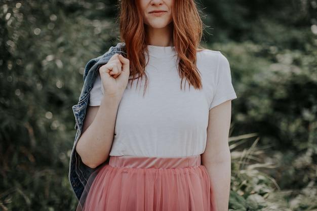 Młoda dziewczyna w pięknej sukni i dżinsowej kurtce