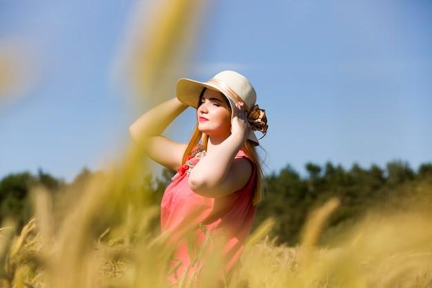 Młoda dziewczyna w polu żyta