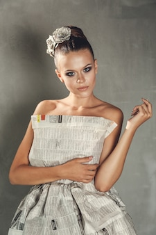 Młoda dziewczyna w smokingowym handmade papierze