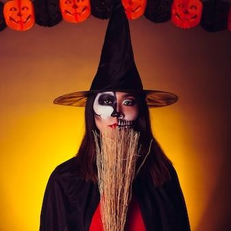 Młoda dziewczyna w stroju czarownic