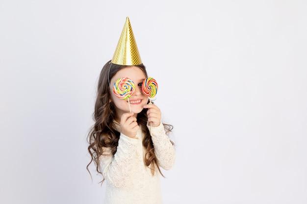 Młoda dziewczyna w swoje urodziny z lizakiem