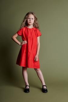 Młoda dziewczyna wesoła emocje na twarzy dziewczyny, uśmiechając się i śmiejąc. dziewczyna w pięknej sukience i ubrania na oliwkę. ,