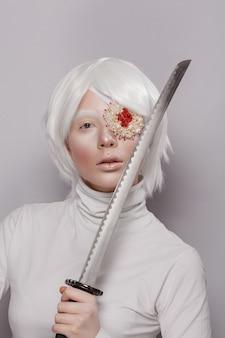 Młoda dziewczyna wojownik samuraj z bandażem na oku