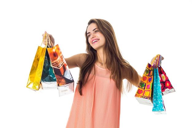 Młoda dziewczyna wyciąga ręce z pakietami odkręcania głowy w kierunku