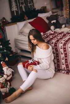 Młoda dziewczyna z boże narodzenie prezentami. nowy rok