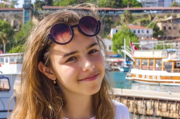 Młoda dziewczyna z długie włosy na molu w jachtu porcie
