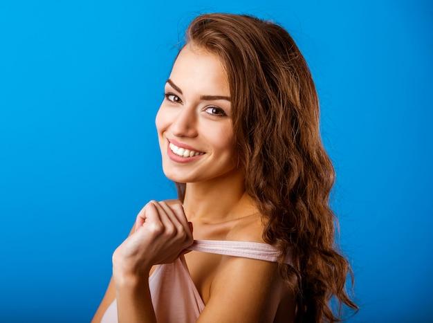 Młoda dziewczyna z długimi kręconymi włosami