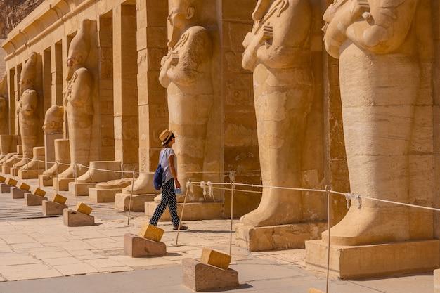 Młoda dziewczyna z faraonami wchodząca do świątyni pogrzebowej hatszepsut w luksorze. egipt