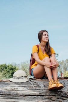 Młoda dziewczyna z kapeluszowy patrzeć daleko od