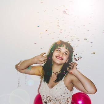 Młoda dziewczyna z konfetti