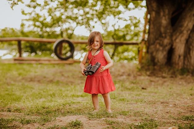 Młoda dziewczyna z lornetką