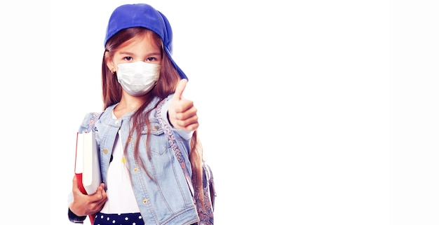 Młoda dziewczyna z maską ochronną przed wirusem koronowym w szkole.