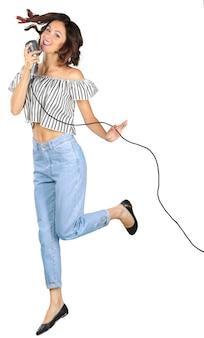 Młoda dziewczyna z mikrofonem śpiewa