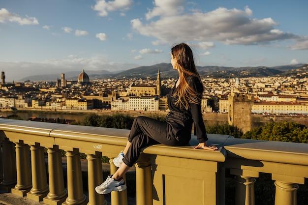 Młoda dziewczyna z panoramicznym widokiem na florencję, toskania, włochy.