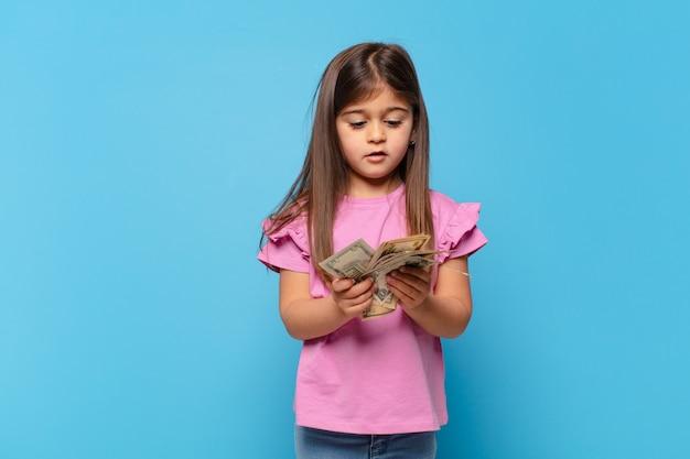 Młoda dziewczyna z pieniędzmi