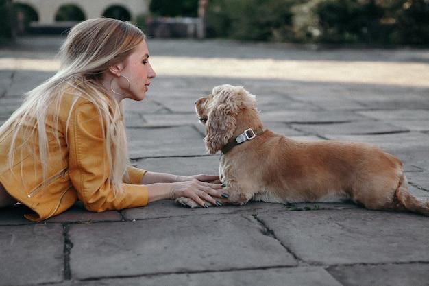 Młoda dziewczyna z psem przy parkiem