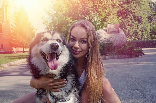 Młoda dziewczyna z psem w parku
