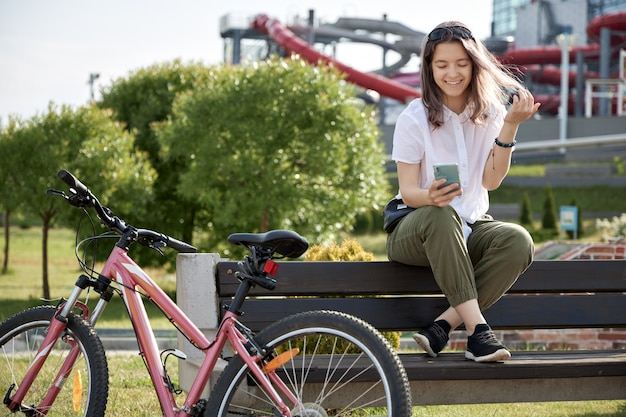 Młoda dziewczyna z rowerem w mieście
