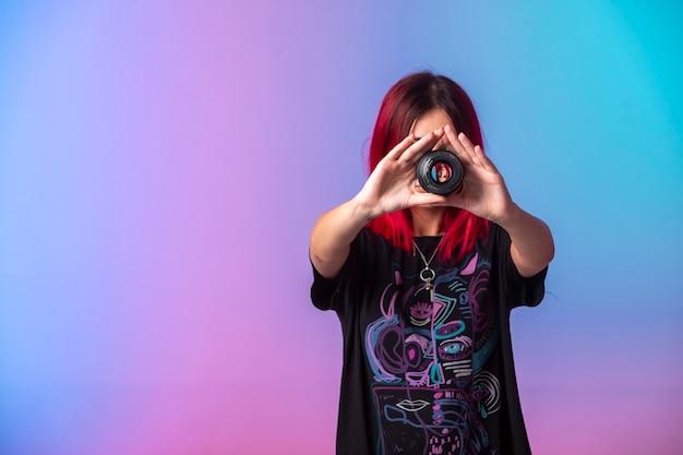 Młoda dziewczyna z różowymi włosami, trzymając fokus na jej twarzy.