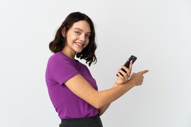 Młoda dziewczyna z telefonem na na białym tle biały